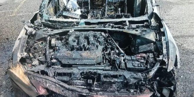 شاهد.. هاتف سامسونج تندلع به النيران وينفجر ليدمر سيارة بالكامل