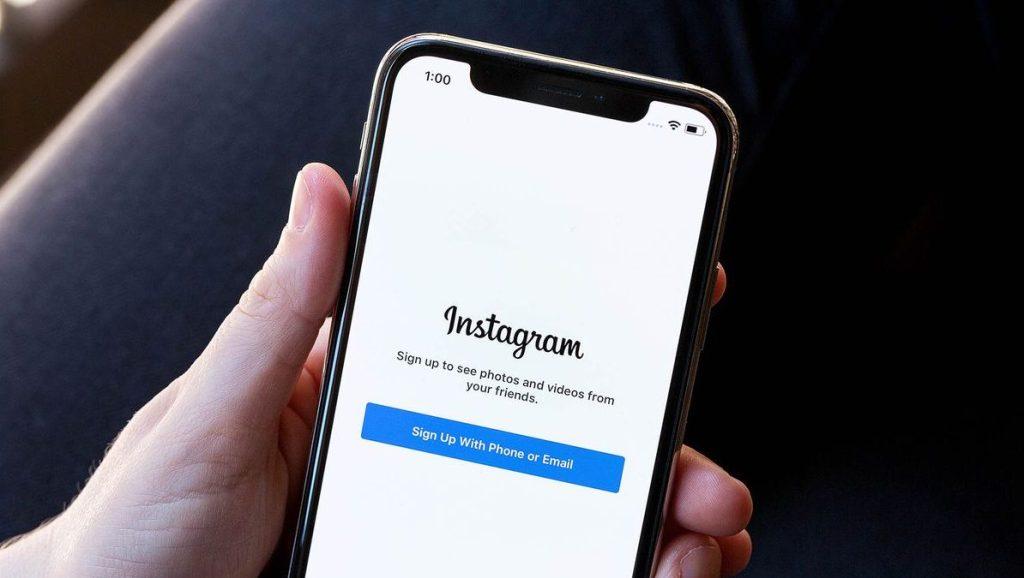 يختبر تطبيق انستجرام ميزة جديدة ستُمكن المستخدمين من إزالة المتابعين على حساباتهم العامة بكل سهولة.