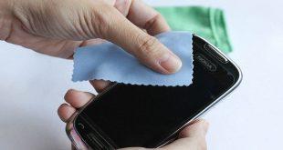 مفاجأة.. 7 أشياء إياك أن تستخدمها لتنظيف شاشة الهاتف