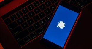 هل تطبيق Signal لديه سياسات خصوصية أفضل من واتساب وتيليجرام؟ أجرى تطبيق واتسابواحد من أكثر التغييرات إثارة للجدل على سياسة الخصوصية الخاصة به في نهاية الأسبوع الماضي، حيث تمنح السياسة الجديدة التطبيق مزيدًا من الحرية للتكامل مع تطبيقات فيسبوك الأخرى، وتتيح للمستخدمين التواصل مع الشركات بسهولة، وهذا يعني أيضًا أن التطبيق سيجمع الكثير من بياناتك وسيشاركها مع فيسبوك، وإذا لم توافق على هذه السياسة الجديدة حتى8 فبراير 2021 سيُحذف حساباك.